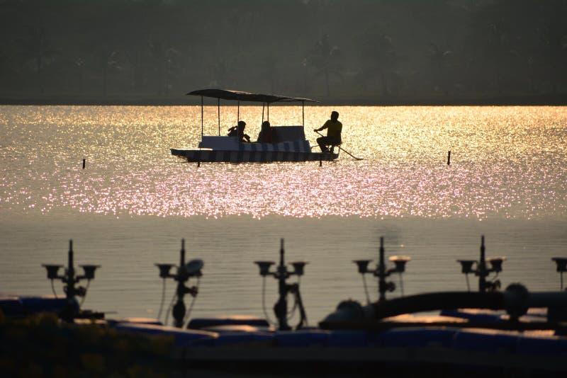 Βάρκα που κολλιέται στη μέση της λίμνης στοκ εικόνα