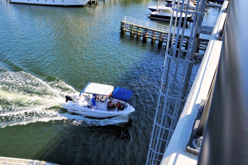 Βάρκα που πηγαίνει κάτω από drawbridge με τη σκάλα, Φλώριδα στοκ εικόνες