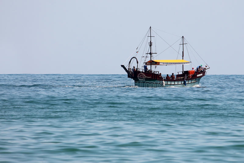Βάρκα που πλέει με τη θάλασσα στοκ εικόνες με δικαίωμα ελεύθερης χρήσης