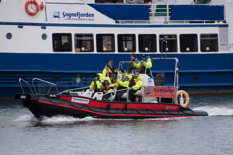Βάρκα πλευρών με τους τουρίστες, Flam, Νορβηγία στοκ εικόνα
