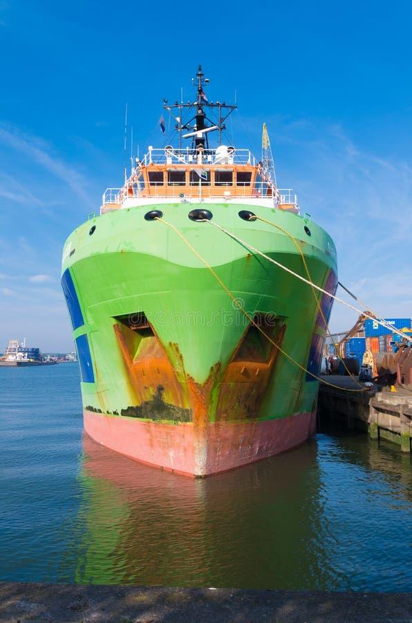 Βάρκα ρυμουλκών στο λιμάνι του Ρότερνταμ στοκ εικόνες