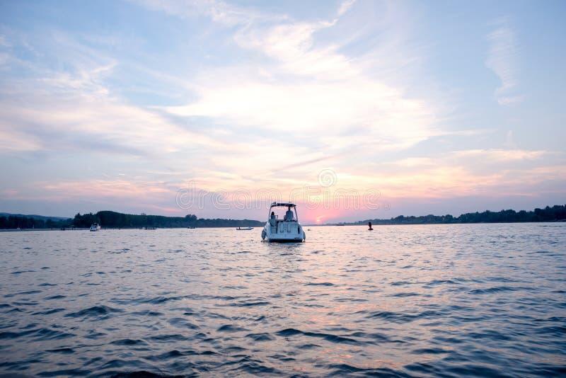 Βάρκα σε ένα ηλιοβασίλεμα με έναν όμορφο ουρανό στοκ φωτογραφίες με δικαίωμα ελεύθερης χρήσης