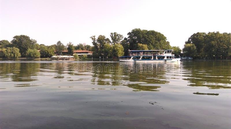 Βάρκα σε μια λίμνη στοκ φωτογραφίες με δικαίωμα ελεύθερης χρήσης