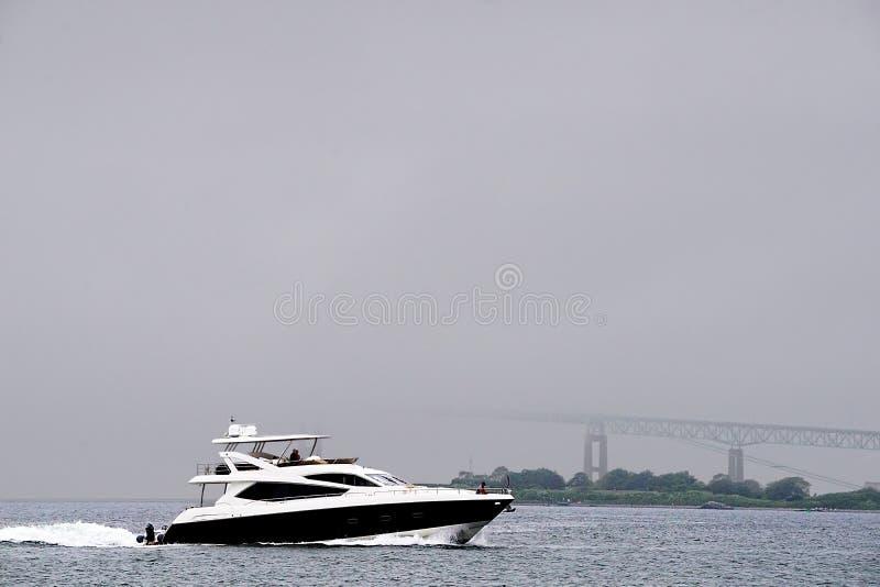 Βάρκα σε μια υδρονέφωση στοκ εικόνες