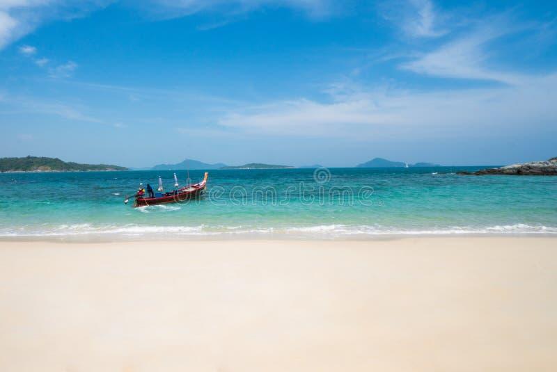 Βάρκα στην τυρκουάζ θάλασσα στοκ εικόνες