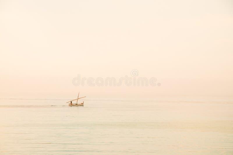 Βάρκα στην υδρονέφωση στοκ εικόνες