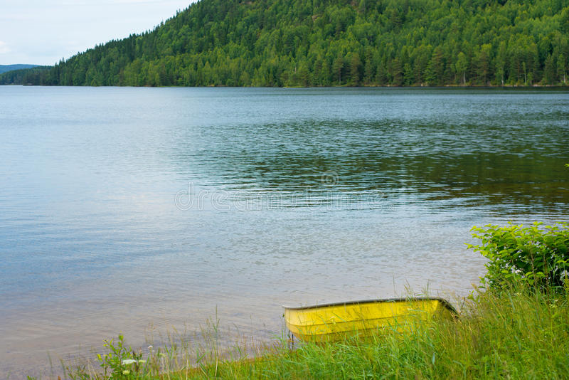Βάρκα στη λίμνη στη Σουηδία στοκ φωτογραφία με δικαίωμα ελεύθερης χρήσης