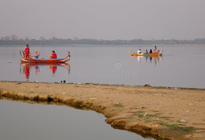 Βάρκα στη λίμνη Amarapura στη γέφυρα Ubein στοκ εικόνες με δικαίωμα ελεύθερης χρήσης