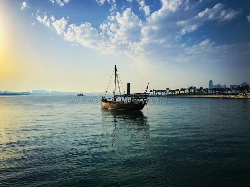 Βάρκα στη θάλασσα με το μπλε ουρανό στοκ φωτογραφία με δικαίωμα ελεύθερης χρήσης