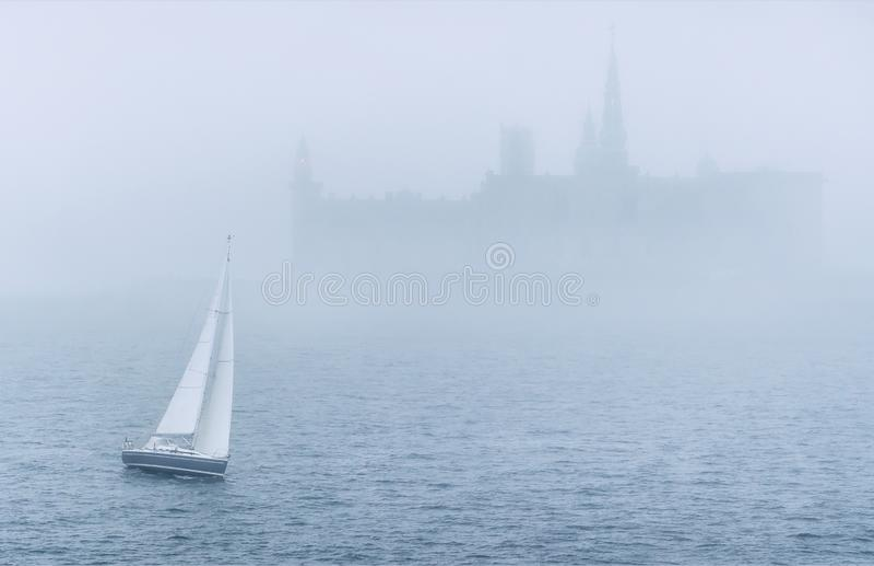 Βάρκα στη θάλασσα στην υδρονέφωση στοκ εικόνες