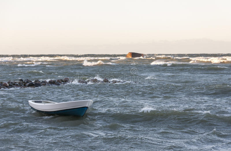 Βάρκα στη θυελλώδη θάλασσα στοκ φωτογραφία