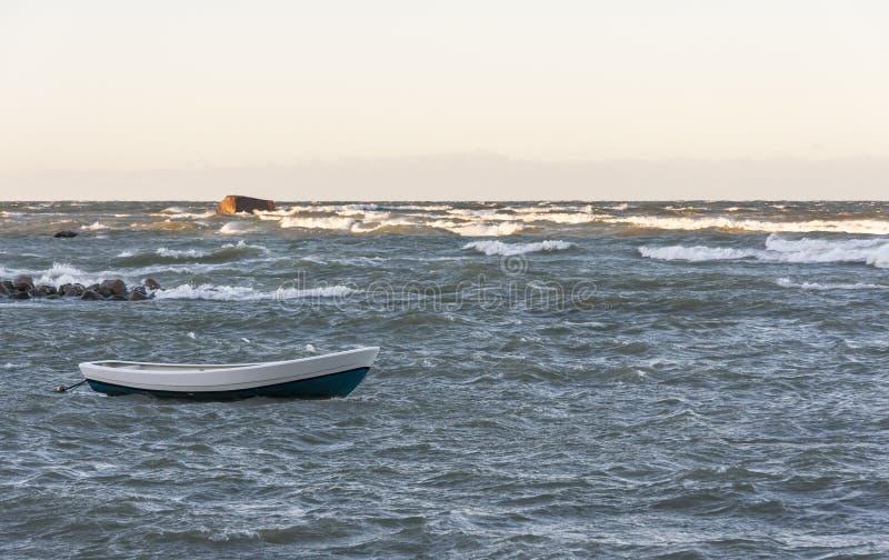 Βάρκα στη θυελλώδη θάλασσα στοκ εικόνες