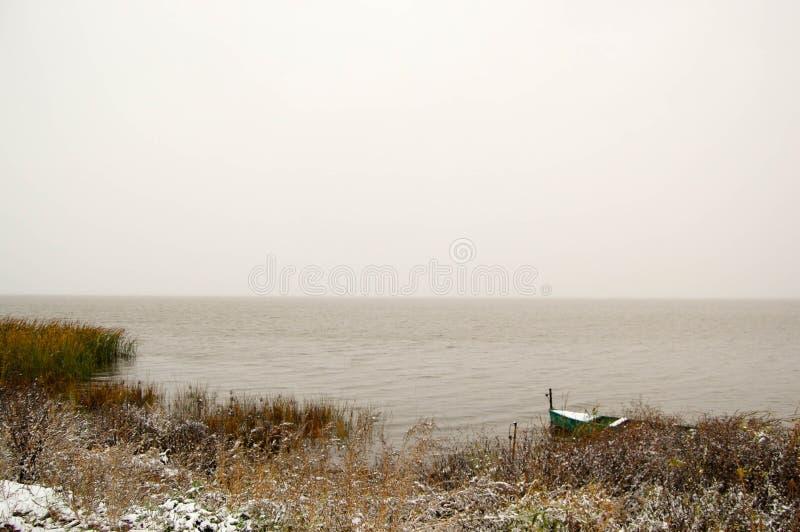 Βάρκα στη λίμνη ένα παγωμένο πρωί άνοιξη στοκ εικόνες