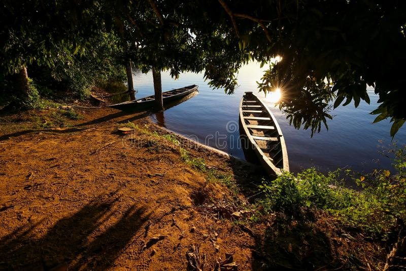 Βάρκα στη λίμνη Σάντοβαλ Puerto Maldonado, Περού στοκ εικόνα