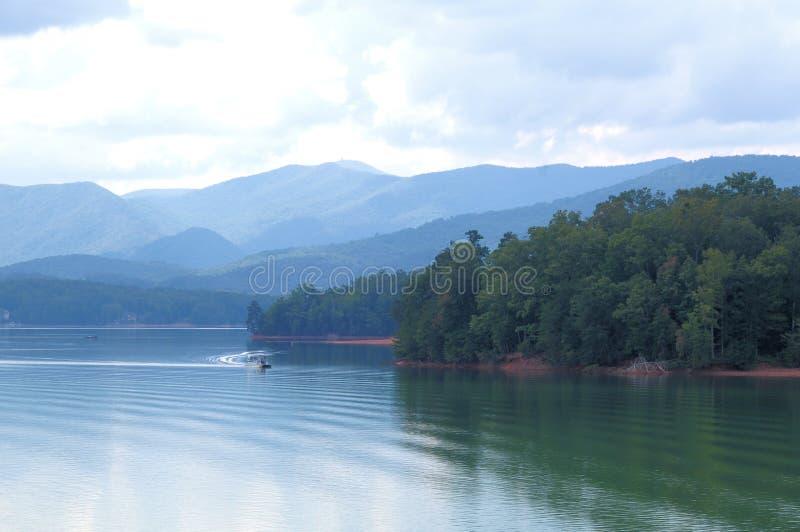 Βάρκα στη λίμνη Chatuge στοκ εικόνες