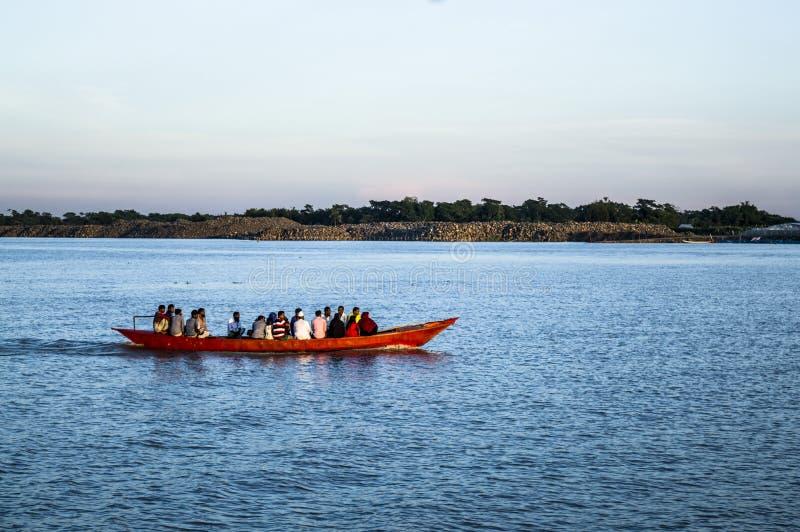 Βάρκα στον ποταμό με τον τουρίστα και το επιχειρησιακό άτομο στοκ εικόνα