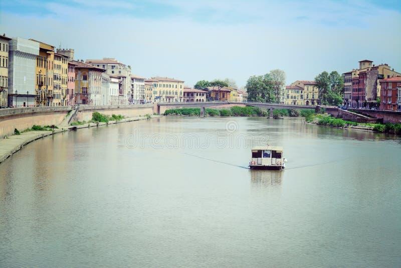 Βάρκα στον ποταμό Arno στοκ φωτογραφίες με δικαίωμα ελεύθερης χρήσης