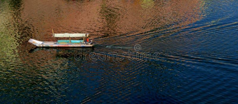 Βάρκα στον ποταμό Narmada στοκ φωτογραφίες