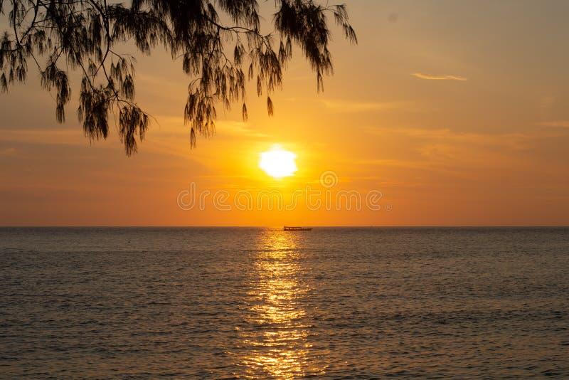 Βάρκα στο ηλιοβασίλεμα στον ωκεανό από την ακτή της Καμπότζης στοκ φωτογραφίες