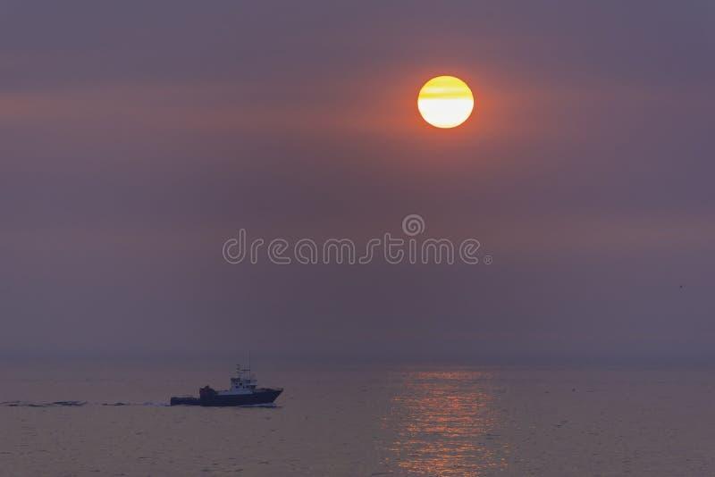 Βάρκα στο ηλιοβασίλεμα στοκ φωτογραφία