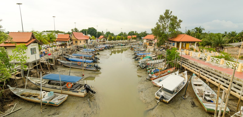 Βάρκα στο λιμενοβραχίονα στοκ εικόνες με δικαίωμα ελεύθερης χρήσης