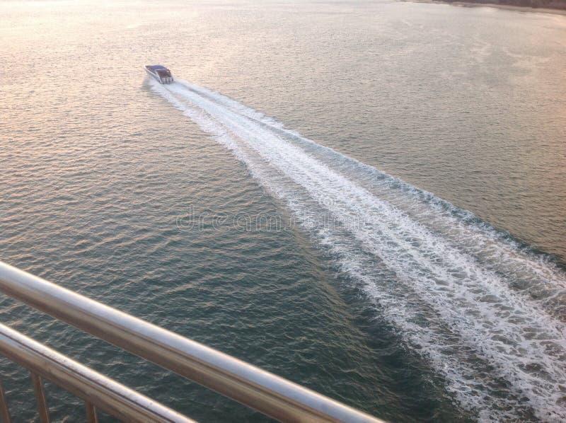 Βάρκα στο χρόνο ηλιοβασιλέματος στοκ εικόνες