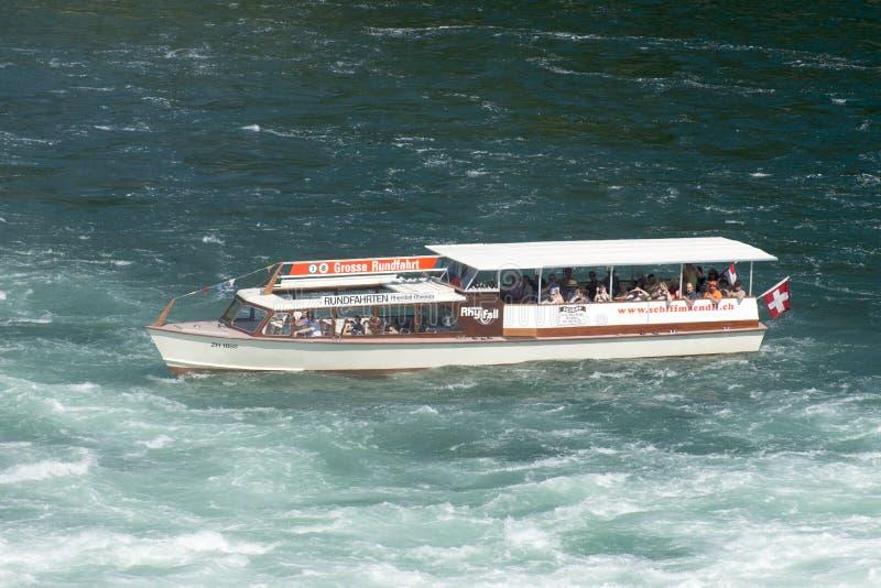 Βάρκα τουριστών στις πτώσεις του Ρήνου, Ελβετία στοκ εικόνες
