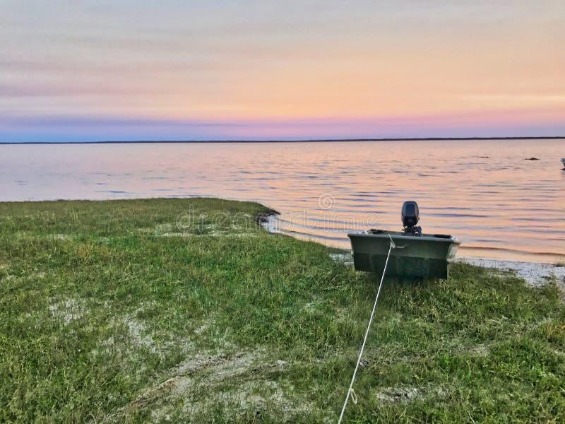 Βάρκα του Jon στο ηλιοβασίλεμα στοκ εικόνα