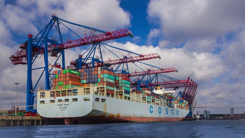 Βάρκα φορτίου στο λιμάνι του Αμβούργο ` s στοκ φωτογραφίες με δικαίωμα ελεύθερης χρήσης