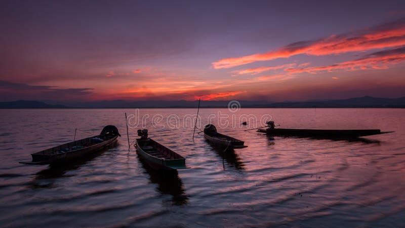 Βάρκα ψαράδων και όμορφο λυκόφως στην Ταϊλάνδη στοκ εικόνα
