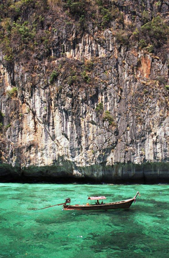 Βάρκα Longtail στα τυρκουάζ ύδατα στοκ φωτογραφίες με δικαίωμα ελεύθερης χρήσης