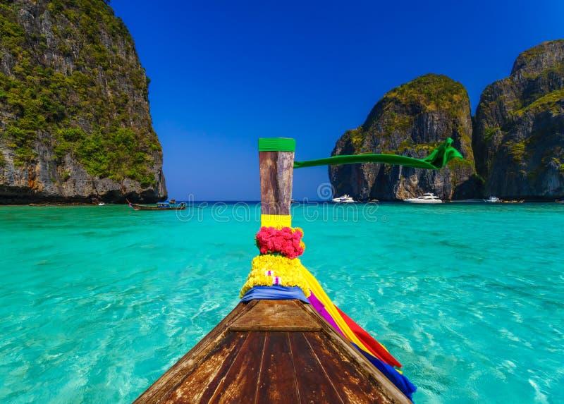 Βάρκα Longtail στον κόλπο της Maya, Phi Phi νησί, Ταϊλάνδη στοκ εικόνες