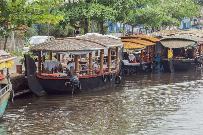 Βάρκες έτοιμες για τις κρουαζιέρες τουριστών στοκ εικόνες