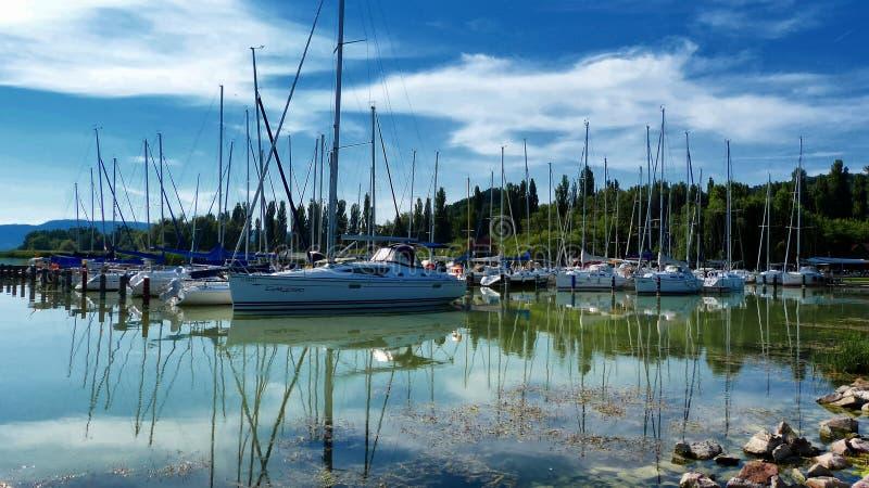 Βάρκες αναψυχής στον κόλπο μαρινών στοκ φωτογραφία