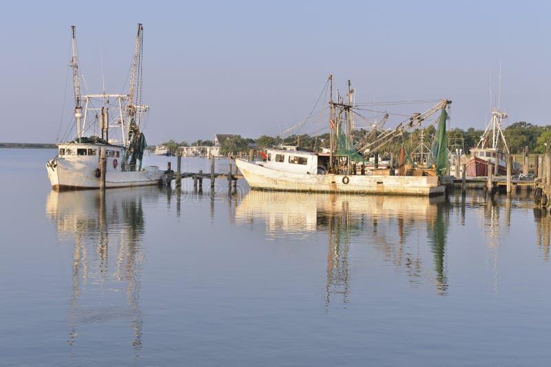 Βάρκες γαρίδων στο λιμάνι στοκ εικόνες