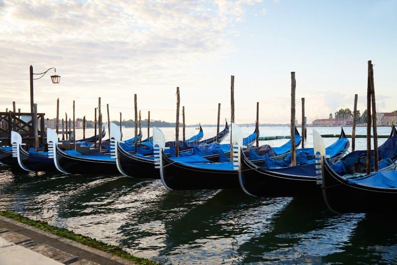 Βάρκες γονδολών στο μεγάλο κανάλι στη Βενετία, καμία στην Ιταλία στοκ εικόνες