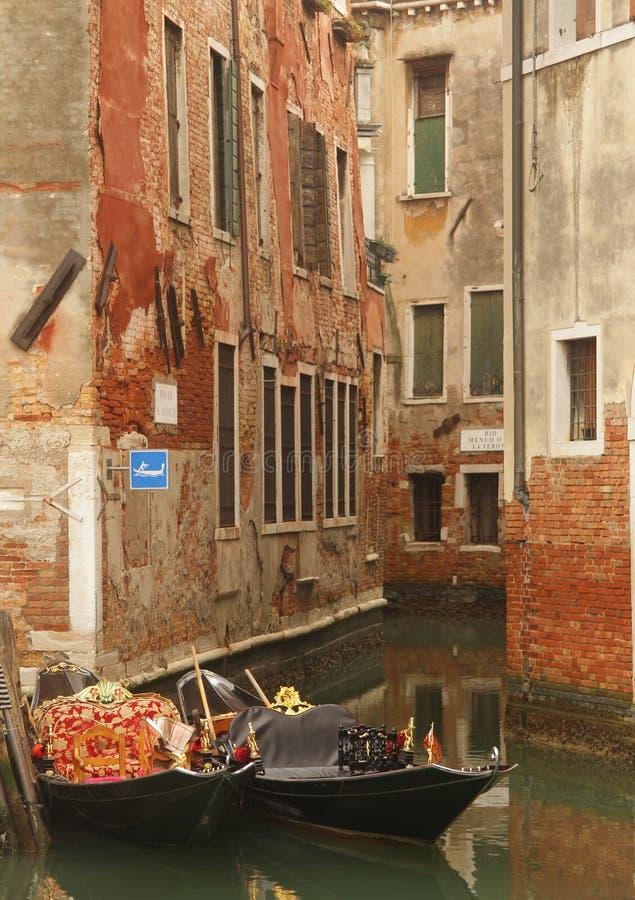 Βάρκες γονδολών στη Βενετία στοκ εικόνα