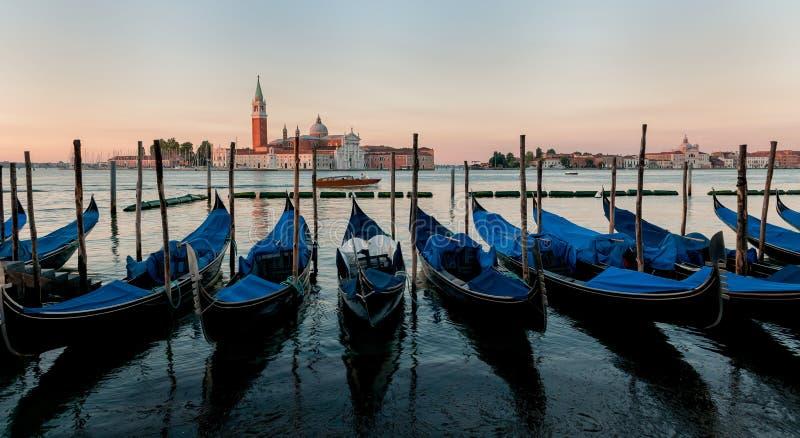 Βάρκες γονδολών στη Βενετία στοκ εικόνες
