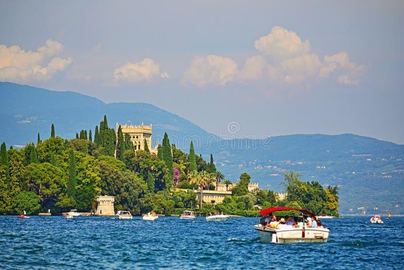 Βάρκες γύρου κοντά σε Isola Garda στη λίμνη Ιταλία Garda στοκ φωτογραφία με δικαίωμα ελεύθερης χρήσης