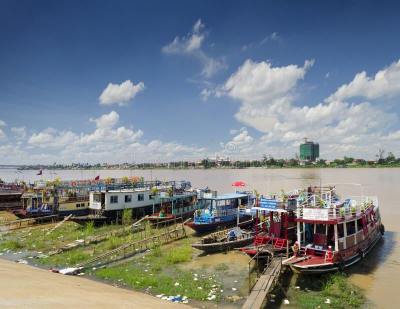 Βάρκες γύρου ποταμών τουριστών στην πόλη Καμπότζη όχθεων ποταμού phnom penh στοκ φωτογραφία με δικαίωμα ελεύθερης χρήσης