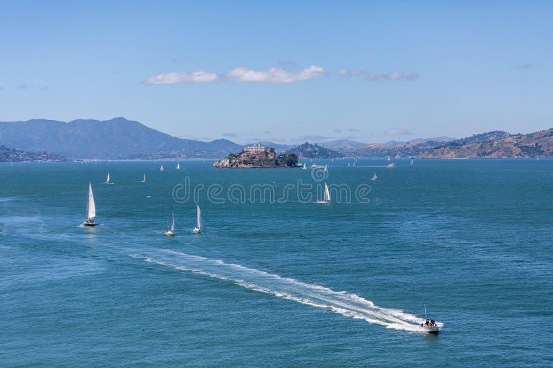 Βάρκες γύρω από Alcatraz στοκ φωτογραφία