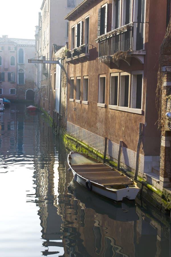 βάρκες δεμένη κανάλι Βενε στοκ φωτογραφία με δικαίωμα ελεύθερης χρήσης