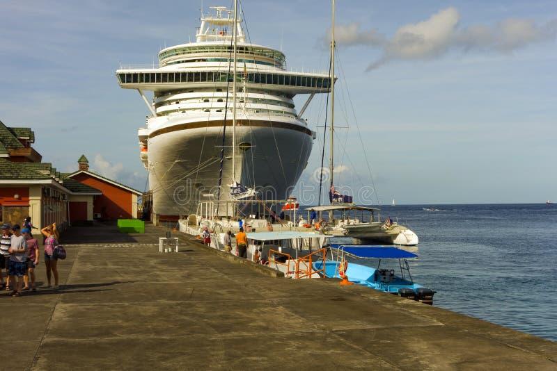Βάρκες εξόρμησης που παρατάσσονται για να συλλέξουν τους επιβάτες από το azura στοκ φωτογραφίες με δικαίωμα ελεύθερης χρήσης