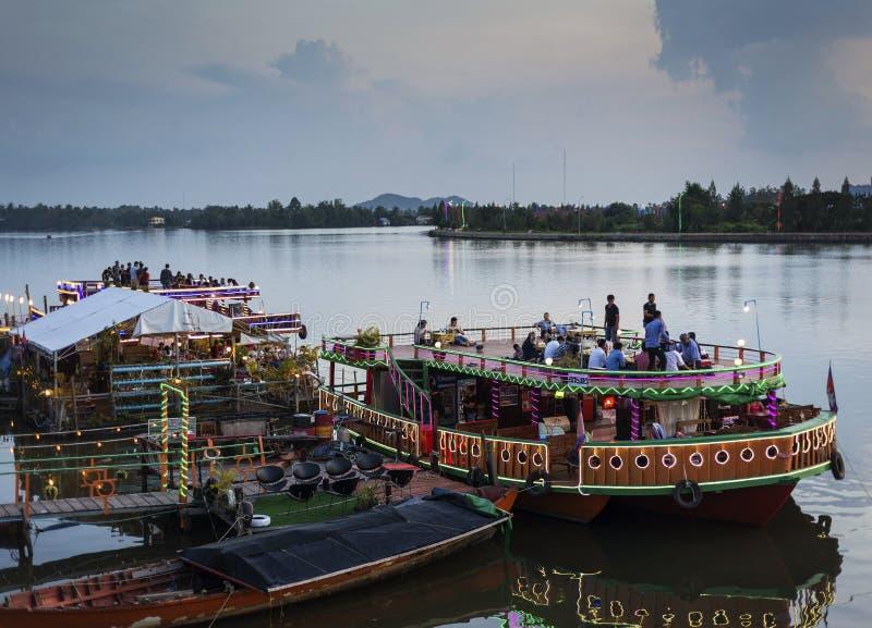 Βάρκες εστιατορίων τουριστών στην πλευρά ποταμών ηλιοβασιλέματος στην κεντρική πόλη Καμπότζη kampot στοκ φωτογραφίες με δικαίωμα ελεύθερης χρήσης