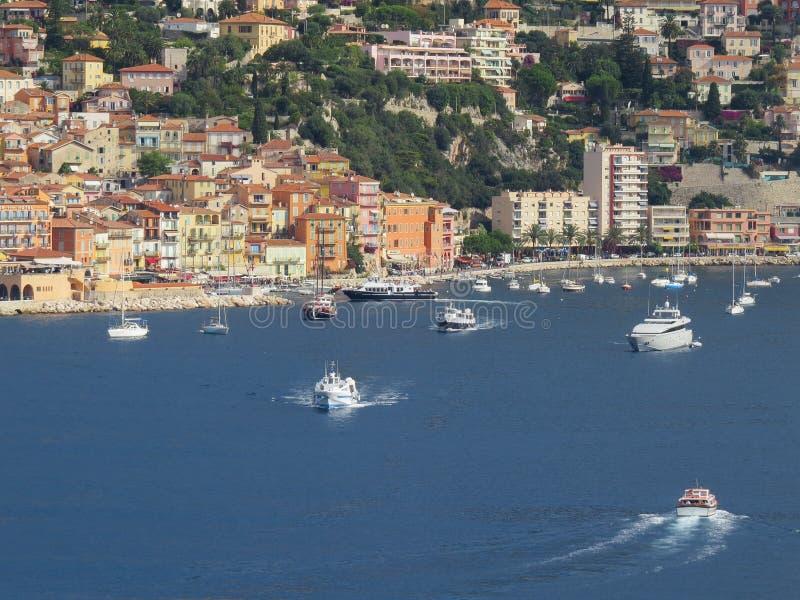 Βάρκες και γιοτ που πλέουν στη Μεσόγειο Η παράκτια πόλη της Νίκαιας στοκ φωτογραφίες