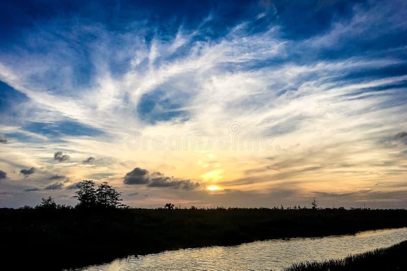 βάρκες και ηλιοβασίλεμα στο έλος στοκ φωτογραφίες