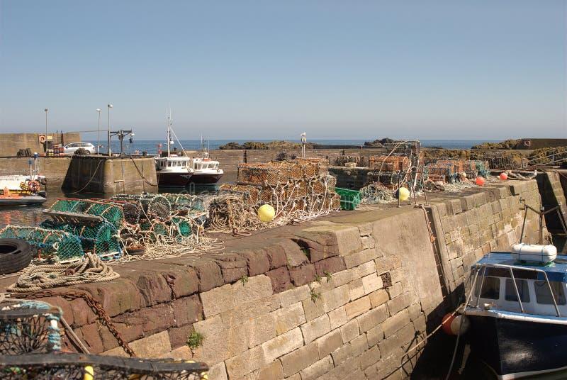 Βάρκες και λιμάνι στο ST Abbs, Berwickshire, Σκωτία στοκ εικόνα με δικαίωμα ελεύθερης χρήσης