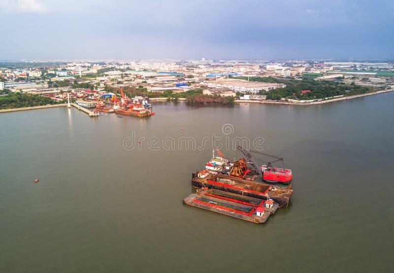 Βάρκες και ναυπηγείο γερανών στον κόλπο της Ταϊλάνδης στοκ εικόνες