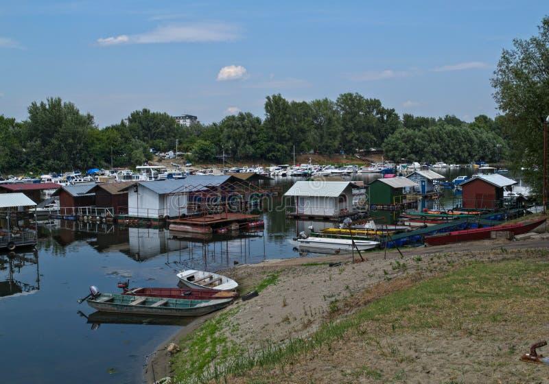 Βάρκες και σύνολα που κάθονται στο λιμενικό λιμάνι ποταμών Δούναβη στοκ εικόνα με δικαίωμα ελεύθερης χρήσης