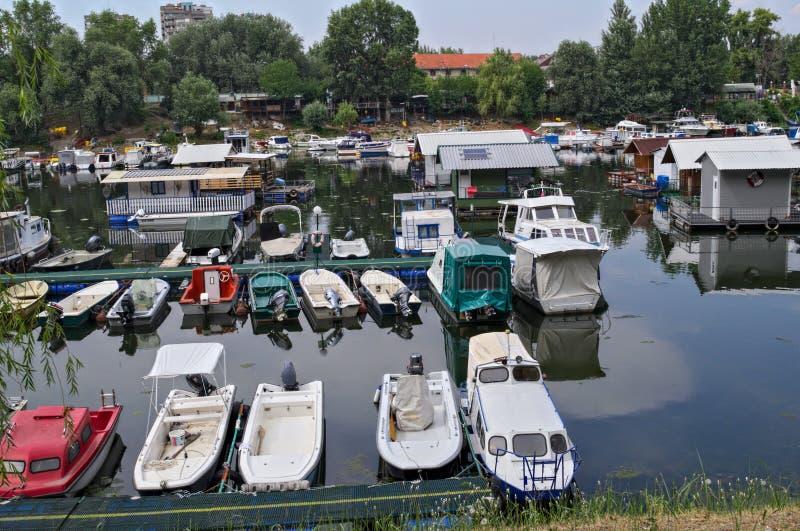 Βάρκες και σύνολα που κάθονται στο λιμενικό λιμάνι ποταμών Δούναβη στοκ εικόνες